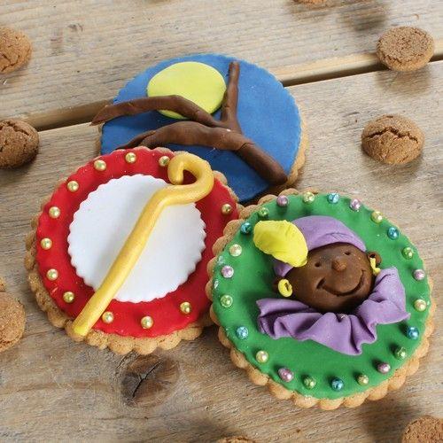 Koekjes deze de perfecte traktatie met Sinterklaas! Maak samen met je kinderen deze schitterende Sinterklaas koekjes voor pakjesavond. De koekjes bak je met de FunCakes mix voor Koekjes en daarna versier je ze met behulp van diverse kleuren marsepein.  Recept: Sinterklaas koekjes - Sinterklaas - Recepten  | Deleukstetaartenshop.nl
