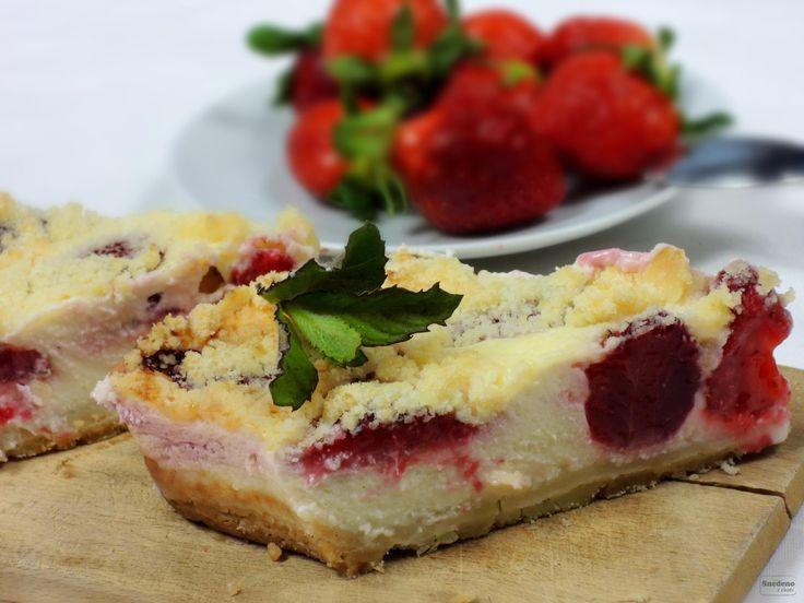 Úžasně voňavý, šťavnatý a lahodný koláč připravíte ze žmolenky, tvaroho-šlehačkové směsi a čerstvých, dobře vyzrálých jahod.