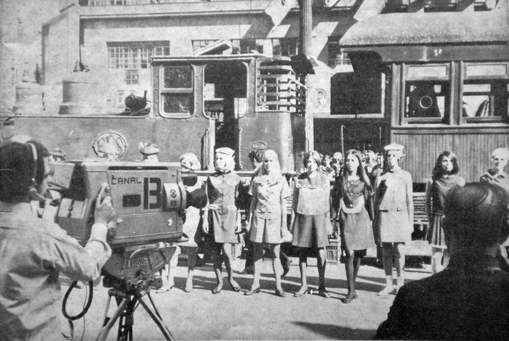 Garotas em frente a vagões antigos de trem em gravação para a TV Bandeirantes nos anos 70 em São Paulo/SP.