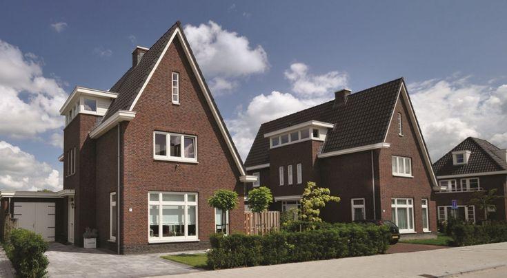 De steile kap en robuuste trappentoren geven villa Aerdenhout een eigenzinnig karakter.
