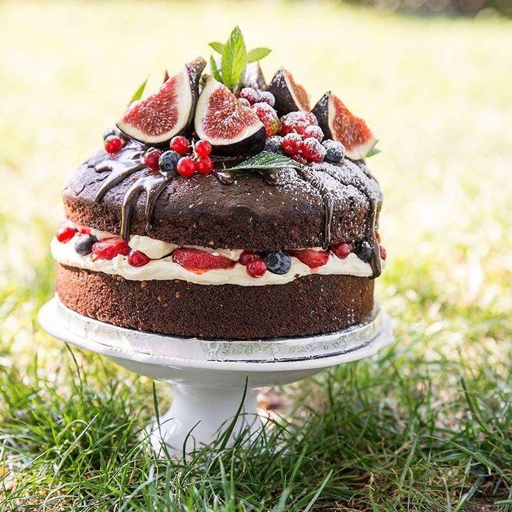 #naked #chocolate #cake #fruits #cakestagram #strawberry #fig #fresh #delicious #dessert #yum #yummy #spring #sweet #instasweet #mariusdragnero