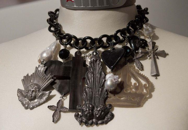 Gotico il collier con croci e pendenti sacri, Amlé