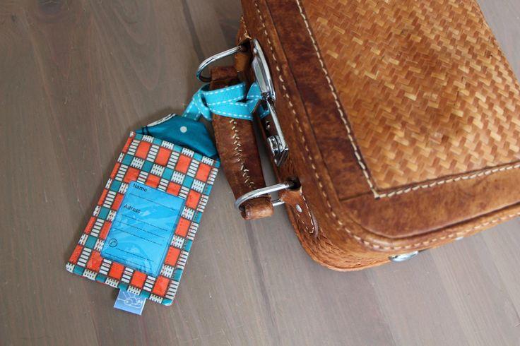 Etiquette à bagages en coton enduit orange et turquoise avec ses trois étiquettes en papier de la boutique Lebigornopiquant sur Etsy