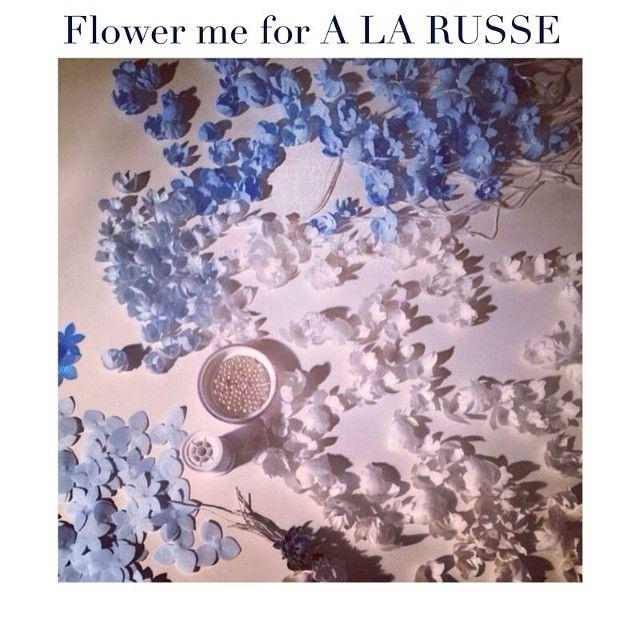Друзья, 10 апреля пройдёт показ бренда A LA RUSSE Anastasia Romantsova, мы представим капсульную коллекцию аксессуаров ручной работы Flower me accessories for A LA RUSSE. Завершает показ роскошное подвенечное платье украшенное рукотворными подснежниками, созданными мастерами бренда Flower me. #flowerme #flowerme_ru #flowermeaccessories #alarusse #alarusseofficial #metropol