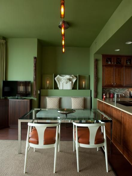 HGTV Urban Oasis 2011, located in Trump International Hotel & Tower® Chicago and designed by HGTV's Vern Yip, goes from empty shell to chic apartment. The design style references both Arts and Crafts and Prairie School movements.