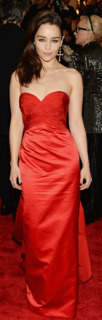 Os vestidos de festa do MET trazem referência Punk para o Tapete Vermelho. Confira tendências em moda festa