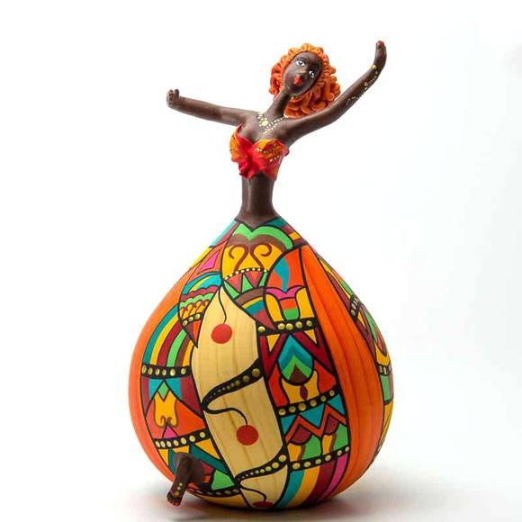 Ballerine handmade with gourd. Bailarina Lila - PeCC. A pintura rica em detalhes garante charme e alto astral a qualquer ambiente da casa ou do escritório. Feitas de cabaça.