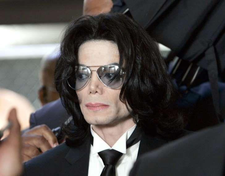 САНТА МАРИЯ, Калифорния - 13 ИЮНЯ: Майкл Джексон готовится войти в Верховный суд округа Санта-Барбара, чтобы услышать приговор, который он прочитал в своем случае о растлении детей 13 июня 2005 года в Санта-Мария, штат Калифорния.  После семи дней обсуждения жюри достигло