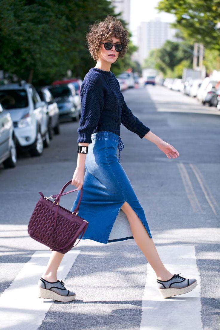 Com blusa  Já a união entre uma blusa de tricô, óculos escuros e oxfords de salto plataforma são a combinação perfeita para um look bem despojado.