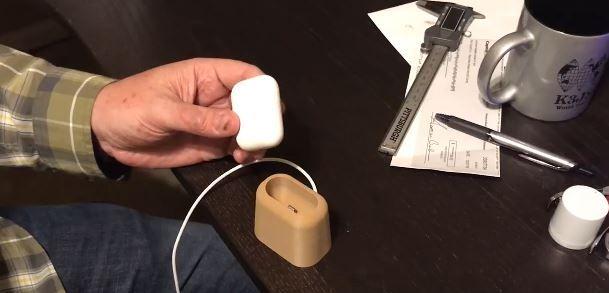 Bastel-Brothers: AirPods-Dock aus dem 3D-Drucker - https://apfeleimer.de/2016/12/bastel-brothers-airpods-dock-aus-dem-3d-drucker - Mit jedem neuen Apple-Produkt erblicken auch immer eine ganze Reihe Drittanbieter-Zubehör-Produkte das Licht der Welt. Egal ob farbige Markierung für Eure AirPods oder Silikonhülle zum Schutz – mittlerweile sieht auch der Zubehörmarkt für die neuen AirPods gar nicht so schlecht aus. Für Bas...