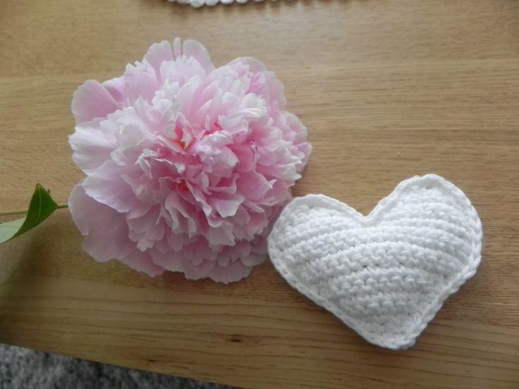 crocheted heart and pink peony, lovely. Virkattu sydän ja vaaleanpunainen pioni.
