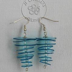 Boucles d'oreille en matières plastique recyclées couleurs bleu et perles de verre