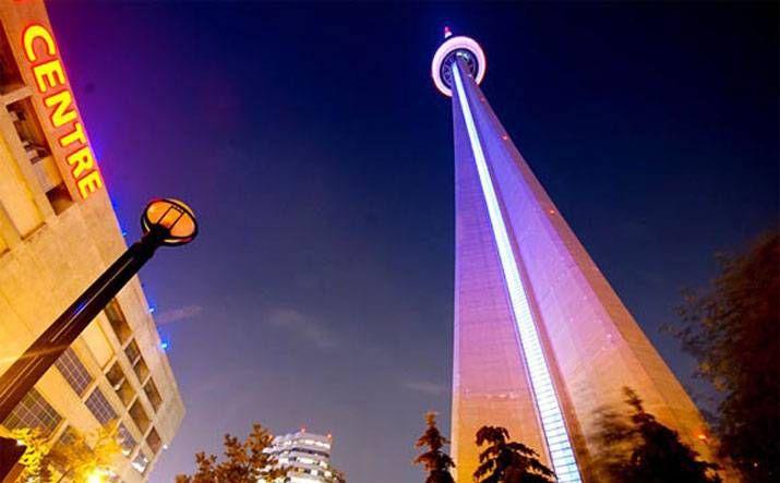 Высота башни «Си-Эн Тауэр» в Торонто (Канада) — 553,34 м. Башня стоимостью в 63 млн долл. строилась с 1973 по 1975 г. (архитекторы Джон Эндрюс, Уэбб Зераф, Менкенс Хусден и Е. Р. Болдуин).