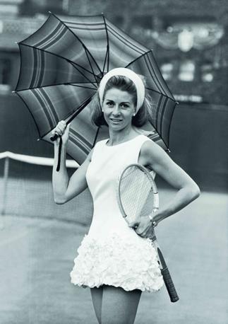 Lea Pericoli (ITA), 1965. La star del tennis italiano Lea Pericoli a Wimbledon sfoggia un vestito disegnato dallo stilista britannico Ted Tinling... Dopo il ritiro nel 1975 lavorò come telecronista e come giornalista per la televisione e per la carta stampata. Keystone/GettyImages