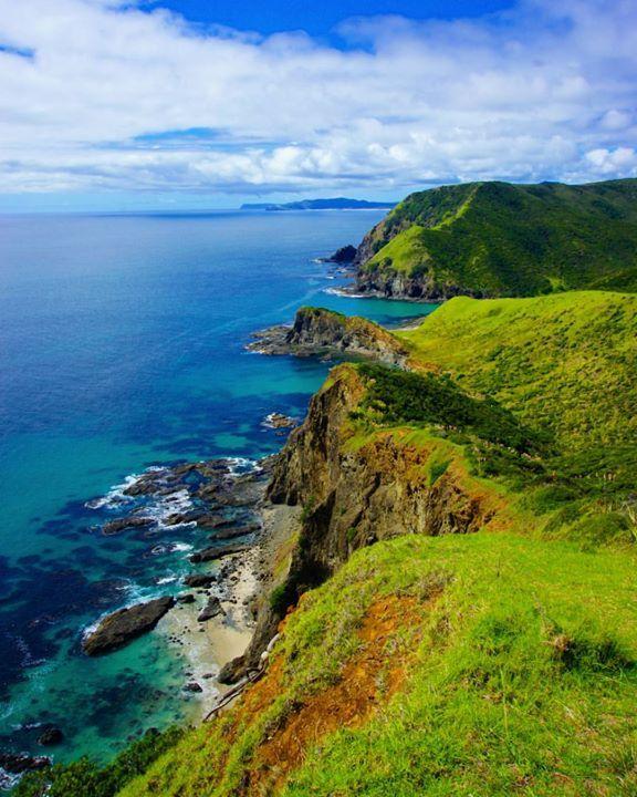 Cape Reinga el punto más al Norte de la Isla Norte de Nueva Zelanda. La inmensidad del océano se une a la más pura y salvaje naturaleza. Este lugar despertó mis más grandes suspiros y sensaciones de felicidad pura de admiración y amor por la vida con lágrimas incluidas. Somos tan afortunados de estar vivos y de poder disfutar del hermoso planeta que en el que estamos.    Cape Reinga Northland New Zealand    Todas las fotos son tomadas por mí excepto en las muy raras ocasiones en las que cito…