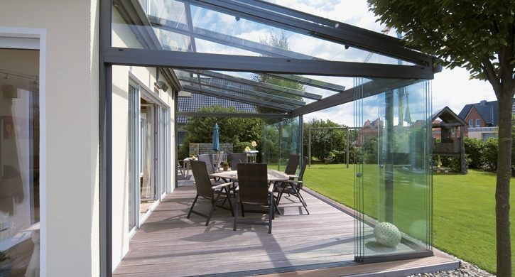 Terrasoverkapping met glazen dak, en voorzien van onderbouwelementen van glas