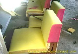 proses pemasangan spon /busa pada rangka kursi/sofa (1d-1dk) ruangan( KRT 3dp-2dp-1dk+1sdt full set) yang kami rubah model-nya.