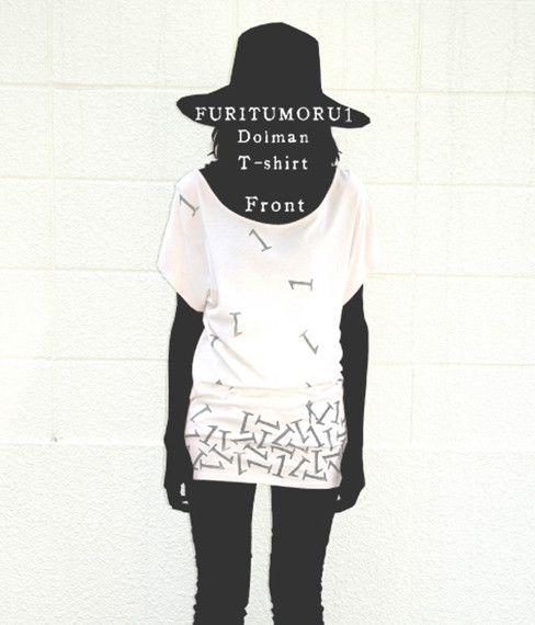 自作絵本のキャラクター『1君』が降り積もる1をかわしているという図案のドルマンTシャツです。着丈が長めでチュニックくらいの着丈。プリントは版画の手法で一枚一枚...|ハンドメイド、手作り、手仕事品の通販・販売・購入ならCreema。