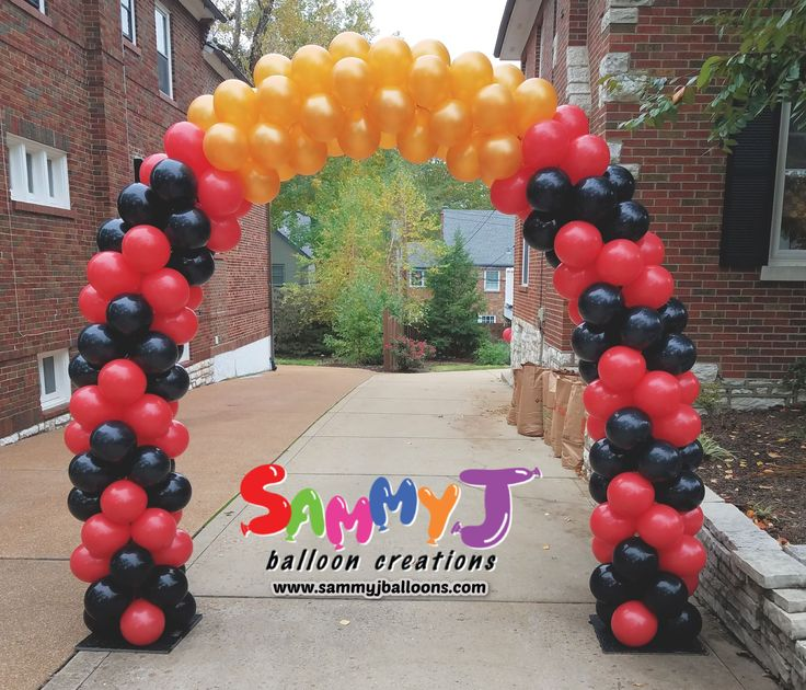 When the party is in the backyard, a giant arch guides guests to the celebration. Placed on the driveway, attendees knew where to go for the fun! #partyballoon #balloonparty #balloonart #sammyj #sammyjballoons #sammyjballooncreations #balloons #balloon #stlballoon #stlballoons #stlouisballoons #photooftheday #picoftheday #balloonartist #balloonsculpture #balloonarch