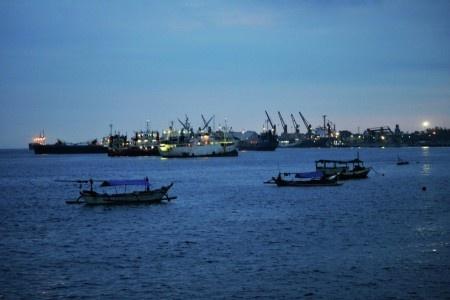 Simon Anon Satria: Suasana di Pelabuhan Ketapang - Banyuwangi dikala senja hari.  Lokasi : Bik Ati 2 - Tanjung Wangi - Banyuwangi.