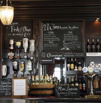 bar moderno: Londres, Reino Unido - 03 de agosto 2010: Vista interior de una casa pública, conocido como pub, para beber y socializar, es el punto focal de la comunidad, los negocios Pub, ahora cerca de 53.500 pubs en el Reino Unido, ha ido disminuyendo cada año.