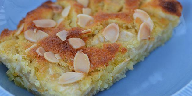 Vidunderlig æblekage med marcipan, som både giver en skøn smag og en dejlig svampet konsistens.
