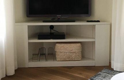 Tv meubel hoekkast in het wit met legplank.