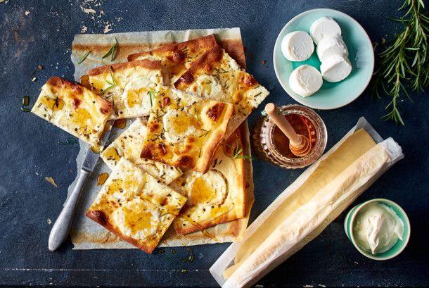 Unser beliebtes Rezept für Rosmarin-Flammkuchen mit Ziegenkäse und Honig und mehr als 55.000 weitere kostenlose Rezepte auf LECKER.de.
