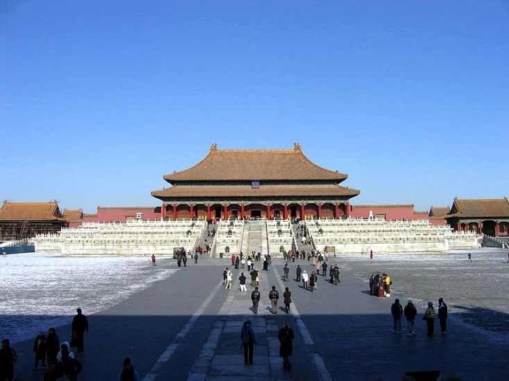 Dibangun pada 1406-1420, kompleks terdiri dari 980 bangunan dan mencakup 720.000 m2 (7.800.000 kaki persegi). Kompleks istana adalah contoh arsitektur megah tradisional Cina, dan telah mempengaruhi perkembangan budaya dan arsitektur di Asia Timur dan di tempat lain. Forbidden City dinyatakan sebagai Situs Warisan Dunia pada tahun 1987, dan terdaftar oleh UNESCO sebagai koleksi terbesar struktur kayu kuno yang diawetkan di dunia.