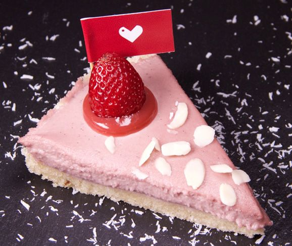 Ricetta Cheesecake Vegan Anacardi e Fragole • VEGANGAME #Ricetta #Vegan #Recipe #Fragole #Anacardi #Cocco #Strawberries #Coconut #VeganFood #RowVegan #VeganRowFood #VeganFoodShare #Row #Crudo #Grezzo #VeganItalianFood #FoodPorn #Sweet #Dessert