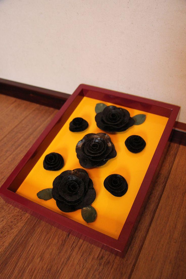 Isompiin valmiskehyksiin tehty kukka asetelma.