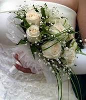 The Ballerina Bouquet  The ballerina bouquet, is a round bouquet composed of masses of tulle or net and few flowers. This type of bouquet was popular in the early 1940s when flowers were scarce due to World War II.  For modern brides, a ballerina bouquet offers a cost-effective, yet beautiful solution for a tight floral budget.: Bridal Bouquets, Fuller Bouquets, Ears 1940S, Floral Bouquets, Round Bouquets, White Wedding Bouquets, Ballerinas Bouquets, Bouquets With Bears Grass, Modern Bride