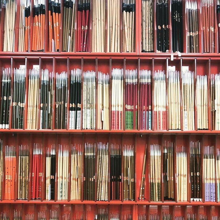 今日は新しい筆を求めて奈良の三条通りまで来ましたおかげさまで毎日桐箱に手書き文字を書いておりますウェディングのトップシーズンに入りたくさんご注文をいただき腱鞘炎になっておりますがクオリティを落とさぬようにと心がけています道具もいいものを #世界にひとつだけ #世界にひとつ #ルスール #ウェディング #毛筆字 #引き出物#贈り物 #引出物#プレ花嫁 #プレ花嫁準備 #ギフト #記念品 #名前入り #オーダーギフト #オーダー #2017冬婚