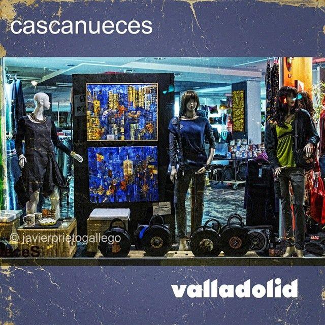 Un escaparate: Cascanueces, con cuadros de Manoli G. Roales #siempredepaso #valladolid #spain #life #style #arte www.siempredepaso.es