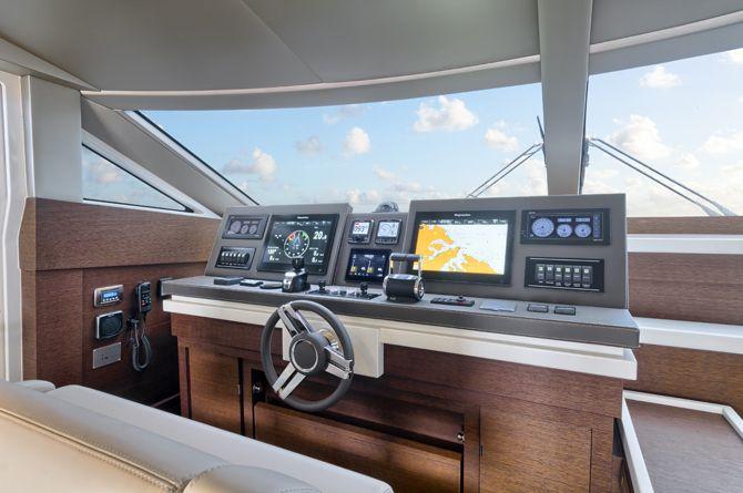 Prestige 750 - Kat Marina - helm station