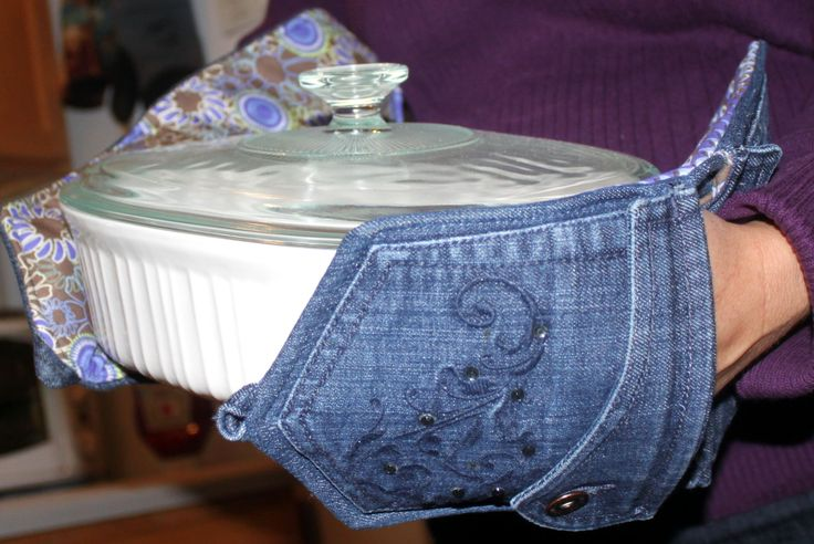 A very convenient way to hold casserole dishes...pot holders made from recycled jeans! This is a pattern!  www.inventivedenim.com