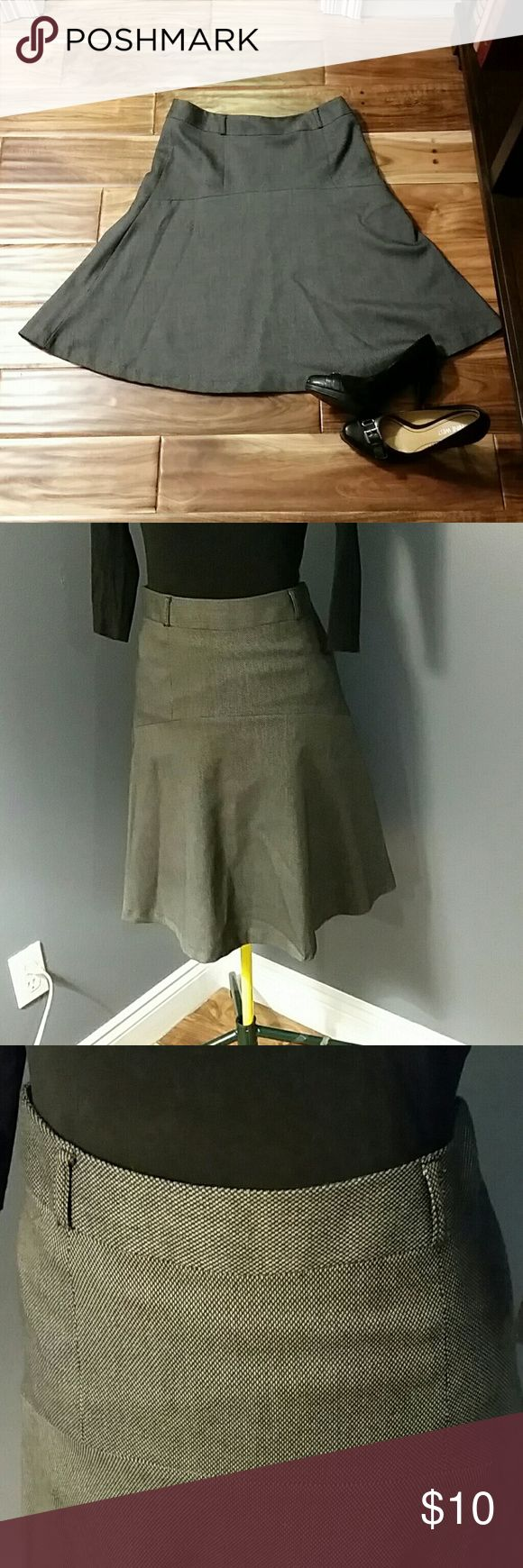Hanna & Gracie Wear to Work Circle Skirt Grey Sz 6 This Hanna & Gracie circle skirt is knee length and perfect for work. It appears to be grey, because black and white threads are woven in this thick material. Worn only a few times. Size 6. All offers considered. Hanna & Gracie Skirts Circle & Skater