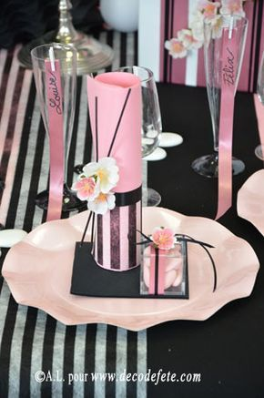 Présentez à vos invités un pliage de serviettes simple mais travaillé, en enrubannant une #serviette #rose (http://www.decodefete.com/serviettes-jetables-presto-rose-p-988.html) assortie de quelques touches florales et de fins bâtonnets de bambou noirs (http://www.decodefete.com/batonnets-bambou-noir-p-1796.html).