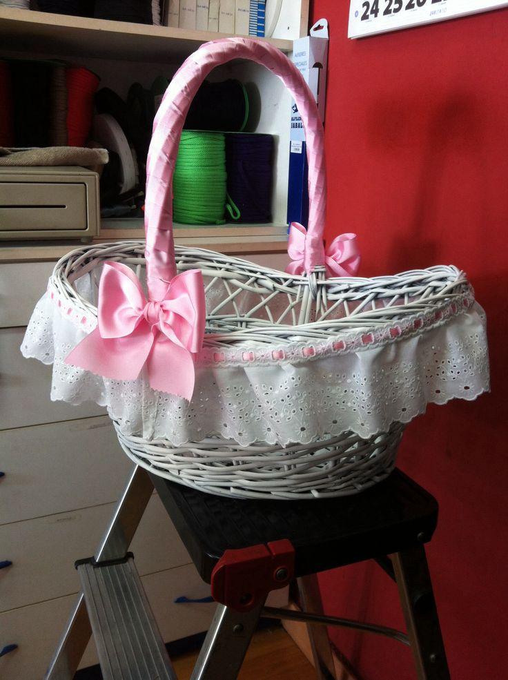Cesta decorada manualidades pinterest babies - Canastas de mimbre decoradas ...