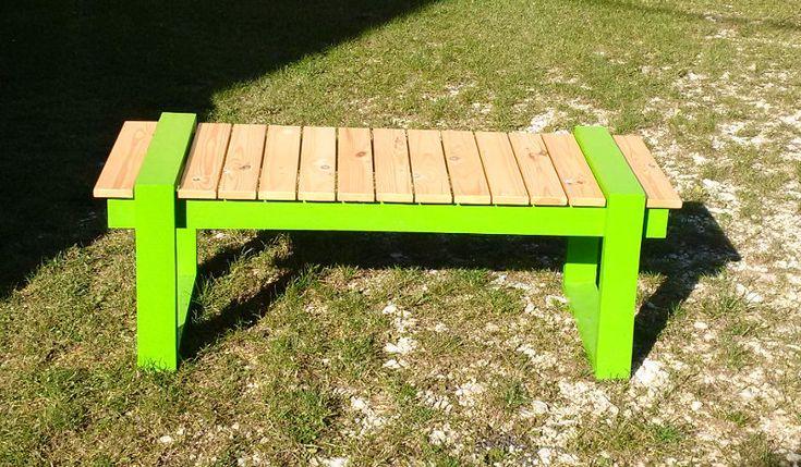 Moderne Sitzbank gefertigt aus dem Holz einer Palette f�r Gipskartonplatten