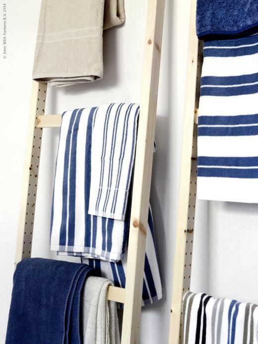 Gavlar till bokhyllan IVAR fungerar även som handdukshängare. KALVSJÖN, LISEL och FRÄJEN handdukar.