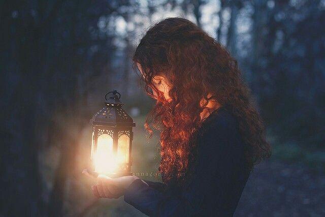 Рыжая девушка освещаемая фонарем