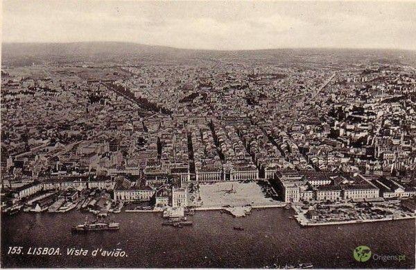 Postal antigo com vista aérea sobre Lisboa