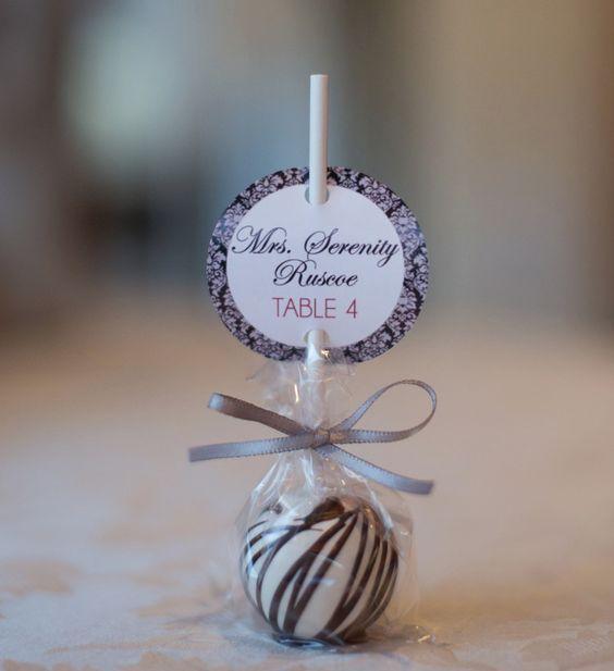 Pour un mariage glamour et gourmand, un marque-place en forme de bonbon sera parfait avec votre thème