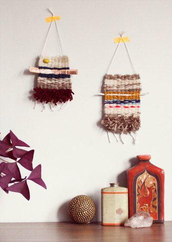 ミニサイズのハングウォール。 専用の織り機がなくても、 身近な道具で織れる作り方を紹介します。