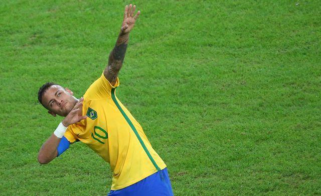 Le Brésilien Neymar célèbre son but à la manière d'Usain Bolt lors de la finale contre l'Allemagne, le 20 août 2016 au Maracana.