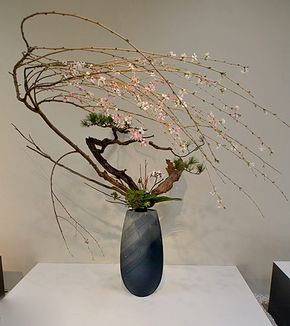 Ikenobo-arrangement-with-wonderful-blossoming-flowers-(Otomodachi)