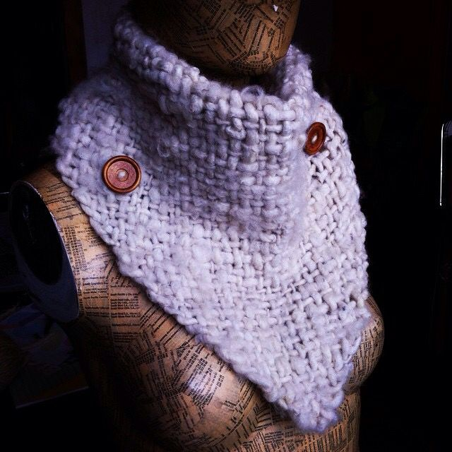 Puntilla con botones de madera tejida en telar...  Lana de oveja blanca...