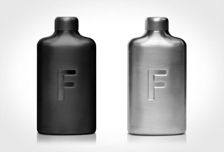 Oubliez la grosse gourde d'eau, ou la petite bouteille d'eau d'Evian qui ne rentre pas dans votre poche, voici la flasque à eau par Fred, qui vous permettra de boire avec style. D'une plus grande contenance qu'une flasque à alcool, elle est fonctionnelle et bien conçue.