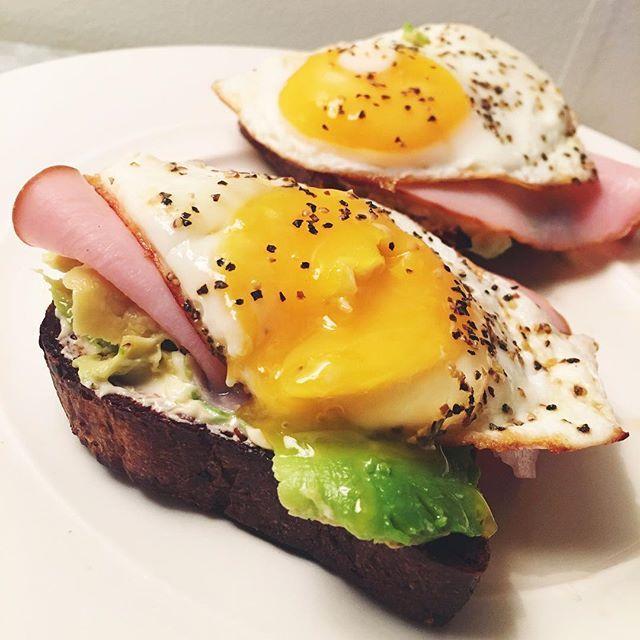 I present to you... Det godaste som finns - Avocadotoast! Mer som en frukost kanske men detta är min middag idag. En favorit💚😍 två skivor rostade @carbzone bröd, en halv Avokado man brer på båda skivorna, skinka och ägg 🙏🏼 So delish😻😻😻😻 #trainingmotivation #deffmat #fitfood #fitness #fitnessfood #hälsa #träna #träningsmat #deff #avocado #healthyfood #toast #yolkporn #eatclean #avocadotoast